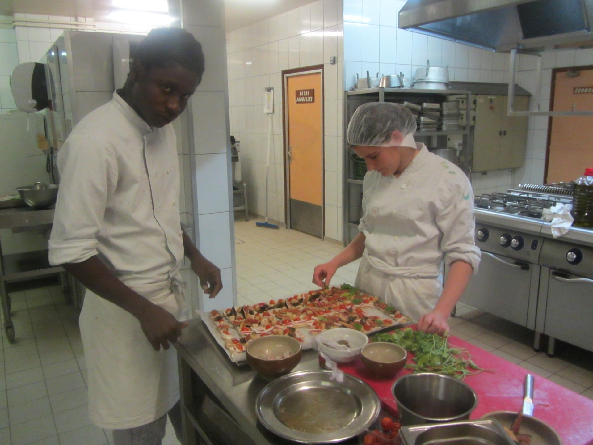 Mélanie et Karamba en cuisine